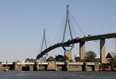 Stadtteil Hamburg Waltershof - Rugenberger Schleuse am Rugenbergener Hafen - Köhlbrandbrücke als Hamburger Wahrzeichen über den Köhlbrand.