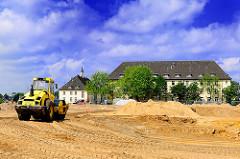 Bagger auf der Baustelle des Wohnungsbauprojekts Jenfelder Au - im Hintergrund Kasernengebäude und Hauptgebäude.