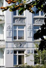Historismus in der Architektur - Fassade eines mehrstöckigen Wohngebäudes in Hamburg Winterhude - Barmbeker Strasse.