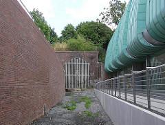 Verschlossener Eingang zum Schellfischtunnel der Altonaer Hafenbahn - stillgelegt in den 1990er Jahren.