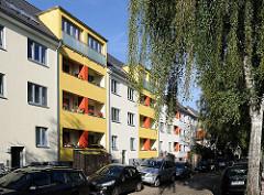 Moderne mehrstöckige Wohngebäude an der Wieckstrasse von Stellingen - gelbe Hausfassade.