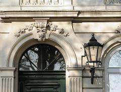 Fassadenverzierung und schmiedeeiserne Laterne am Eingang - Wohnhaus an der Palmaille in HH-Altona.