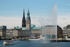 Alsterschiff am Anleger bei der Reesendammbrücke - Blick auf die Hamburger Innenstadt zum Rathaus.