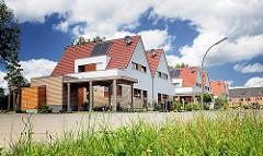 Neubaugebiet am Immenhorstweg in Hamburg Bergstedt - Einzelhäuser mit Carport - Solaranlage auf dem Dach.