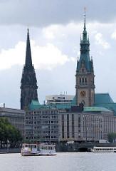 Binnenalster mit Rathausturm und Turm der ehem. Nikolaikirche.