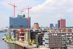 Moderne Bauten  am Grasbrookhafen - Baukräne an der Baustelle der Hamburger Elbphilharmonie.