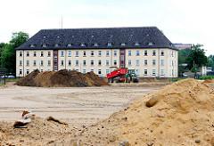 Baustelle Gelände der Lettow-Vorbeckkaserne; Sandberg und Kasernengebäude.
