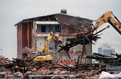 Abriss eines Hafengebäudes / Verwaltungsgebäude am Versmannkai, Baakenhafen. (2008)