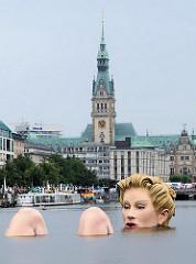 Badende grosse Styroporfrau im Wasser der Hamburger Binnenalster - Riesige Nixe (mit Beinen) zeigt ihre Kniee - im Hintergrund der aufgerichtete Turm des Hamburger Rathauses.