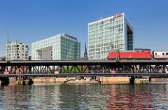 Oberhafenbrücke über den Oberhafenkanal in der Hamburger Hafencity - moderne Bürogebäude auf der Ericusspitze - Spiegel Verlagsgebäude in Hamburg.
