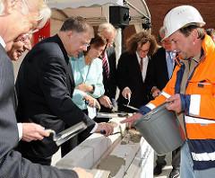 Grundsteinlegung Hauptgebäude TUHH - Vorbereitungsarbeiten für die Verschliessung des Grundsteins.