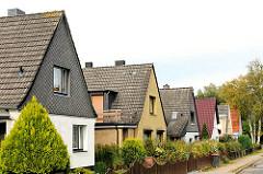 Einzelhäuser mit Spitzdach - Wohnstrasse in Hamburg Dulsberg.