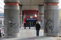 S-Bahnviadukt - Betonsäulen + Fussgänger Hammerbrookstrasse.