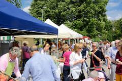 Biohof Gut Wulksfelde - Bauernmarkt. Aussteller präsentieren ihre Bioprodukte und Kunsthandwerk.