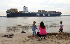 Bilder aus dem Hamburger Stadtteil Rissen - Sandstrand am Elbufer  - Containerschiff auf der Elbe Richtung Nordsee.