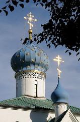 Zwiebelturm der Russisch orthodoxen Prokopkirche - goldenes Sternendekor, russisch orthodoxe Kreuze auf der Turmspitze.