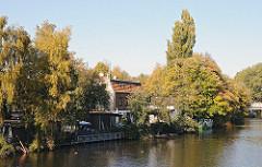 Wohngebäude am Billbrookdeich - Ufer der Bille, Herbstbäume.