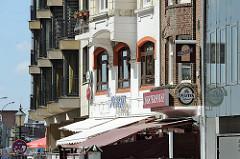 Historische und moderne Gebäude an der Grossen Elbstrasse in der Altonaer Altstadt.