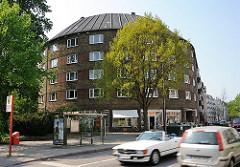 Hamburgs Architekturgeschichte - Wohngebäude mit Rundung - Schichttorte am Bahrenfelder Steindamm - Strassenverkehr.