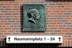 Naumannplatz - Erinnerungsplakette an Friedrich Naumann - 1860 - 1919 - Wohnhäuser im Stadtteil Hamburg Dulsberg.