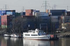 Schiffe am Ufer des Reiherstiegs in Hafen Hamburgs - im Hintergrund ein Containerlager.