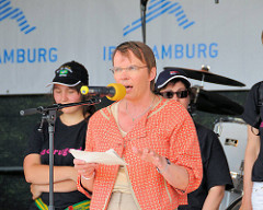 Die Stadtentwicklungssenatorin Anja Hajduk hält anlässlich der Öffnung des Zollzauns am Wilhelmsburger Spreehafen eine Rede (2010)