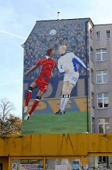 Bemalung eine Hausfassade mit Fussballspielern.