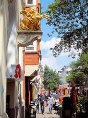 Bilder aus der Langen Reihe in Hamburg St. Georg - Skulptur St. Georg mit Drachen in Gold.