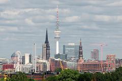 Blick von Hamburg Wilhelmsburg über die Norderelbe zur Hamburger Hafencity - Innenstadt.