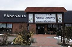 Tatenberger Fährhaus - Eingang zum Restaurant und Café