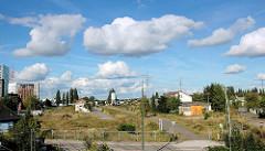 Blick auf das Gelände des ehemaligen Harburger Güterbahnhofs - links der Schellerdamm und im Hintergrund der Veritaskai; Blauer Himmel mit weissen Wolken (2005)