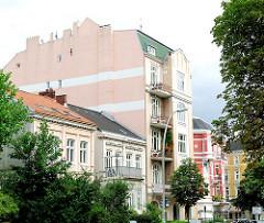 Farbig gestaltete Fassaden mehrerer Gründerzeithäuser in Hamburg Eimsbüttel.
