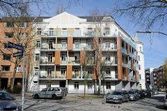 Architektur in Hamburg - Bilder aus dem Stadtteil St. Pauli. Historisches Gründerzeitgebäude mit moderner Balkongestaltung.