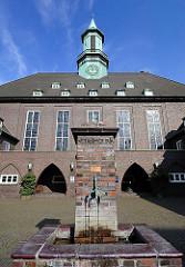 Brunnen vor der Heilandskirche im Hamburger Stadtteil Uhlenhorst. Kirchengebäude 1928 errichtet; Klinkerarchitektur, Architekt Emil Heynen.