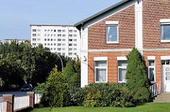 historisches Ziegelgebäude und Hochhaus im Hamburger Stadtteil Jenfeld.