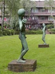 Ballspielende Kinder Bronzeskulptur Wiese Dulsberg Siedlung Francksche Laubengänge.