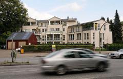 Wohnungsneubauten in der Friedrich-Ebert-Strasse Hamburg Niendorf, Strassenverkehr - schnell fahrende Autos.