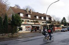 Stadtteil Othmarschen - Geschäfte und Radfahrer an der Liebermannstrasse.