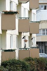Balkone eines Hochhauses mit Plastikkrähen.