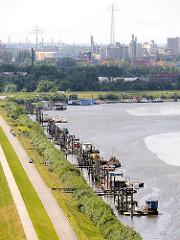 Luftaufnahme vom Klütjenfelder Hauptdeich  - Wohnboote und Arbeitsschiffe am Berliner Ufer des Hamburger Spreehafens - im Hintergrund Industrieanlagen im Hafen Hamburgs.