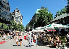 Fussgänerzone Spitalerstrasse in der City Hamburgs - Sonnenschirme auf der Strasse; Tische mit Gästen eines Cafés. Motive aus dem Stadtteil Hamburg-Altstadt.