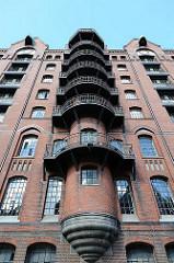 Architektur in Hamburg - Neogotische Speichergebäude in der Speicherstadt - Feuertreppe an der Fleetseite des Gebäudes - Bilder aus dem Stadtteil Hamburg HAFENCITY.