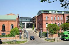 Einfahrt zum Gelände Bahrenpark - links das unter Denkmalschutz stehende Uhrenhaus, rechts das ehem. Verwaltungsgebäude der Gaswerke.