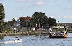 Autofähre / Personenfähre über die Elbe Richtung Zollenspieker Fährhaus - Motorboot auf der Elbe.