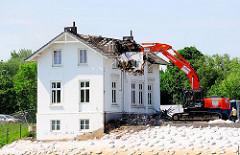 Abriss der historischen Villa Hintzpeter - ein Abrissbagger zerstört das Dach des zweistöckigen Wohngebäudes.