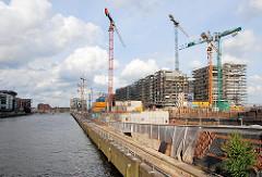 Baustelle in der Hamburger Hafencity - Baukräne und Rohbauten am Kaiserkai - lks. der Sandtorhafen. (2007)