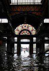Die Fischauktionshalle am Altonaer Fischmarkt steht unter Wasser - im Hintergrund der Anleger der Hafenfähre.