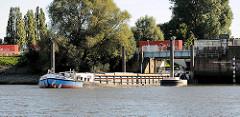Das Binnenschiff PALOMA verlässt die Reiherstiegschleuse und fährt in den Reiherstieg in Hamburg Wilhelmsburg ein.