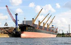 Frachtschiff mit vier bordeigenen Kränen am Rosskai des Rosshafens - Bilder aus dem Hamburg Hafen; Fotos aus dem Stadtteil Steinwerder, Bezirk Hamburg Mitte.