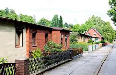 Einfache Wohnarchitektur - Behelfsheime; kleiner Vorgarten mit Jägerzaun - Architkurfotos aus Hamburg - Bilder aus dem Stadtteil NEULAND.